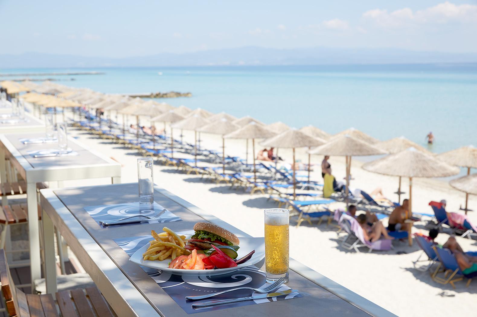 Lunch sur la plage à hôtel Ammon Zeus 5étoiles