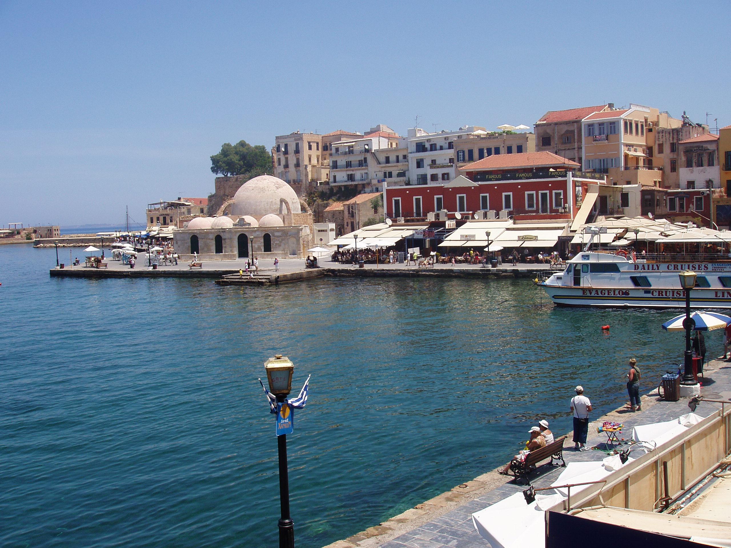 Ancien port de Chania La Canée construit entre 1320 et 1356 par les Vénitiens, avec phare restauré, boutiques et restaurants