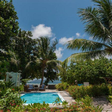 Jardin et piscine Le Repaire hotel