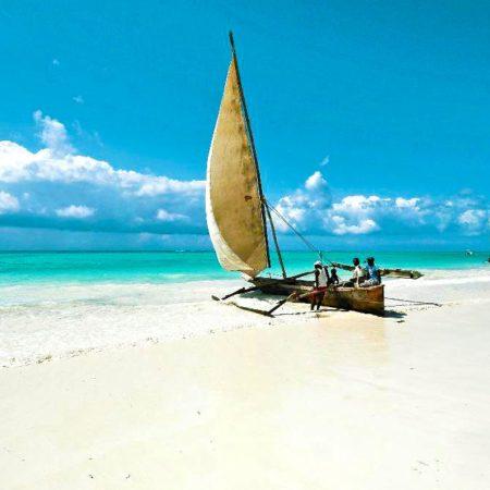 Zanzibar barque typique sur la plage