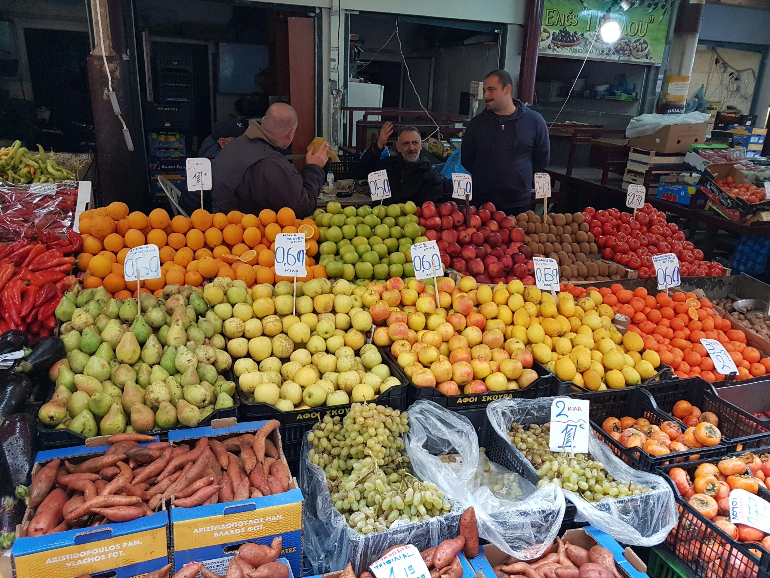 étalage fruits et légumes marché populaire en ville d'Athènes