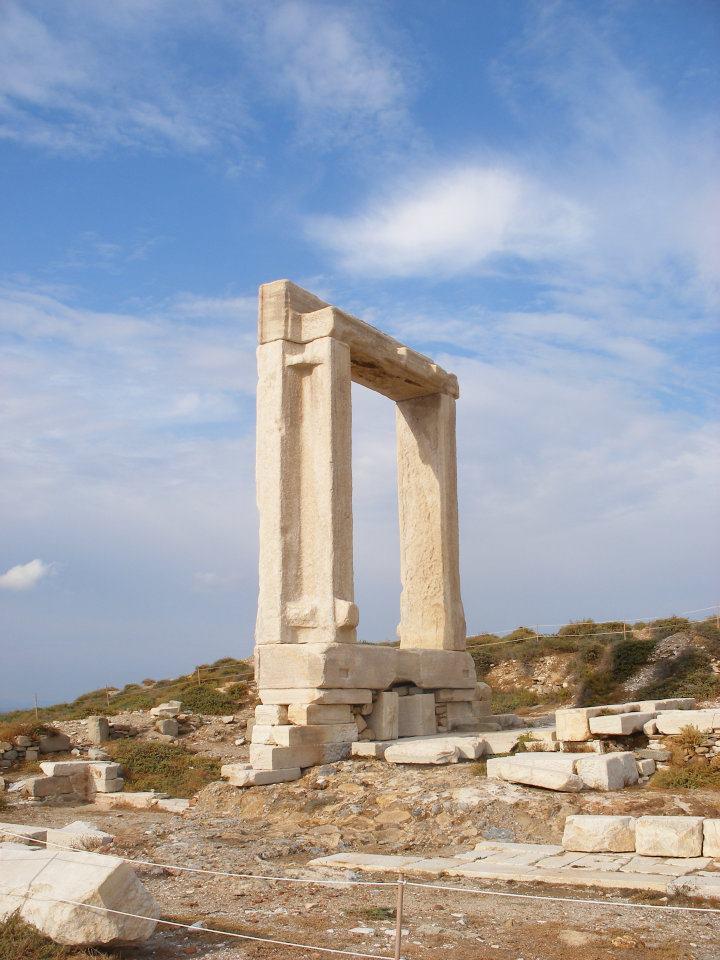La porte de Naxos site archéologique île Cyclades mer égée Grèce
