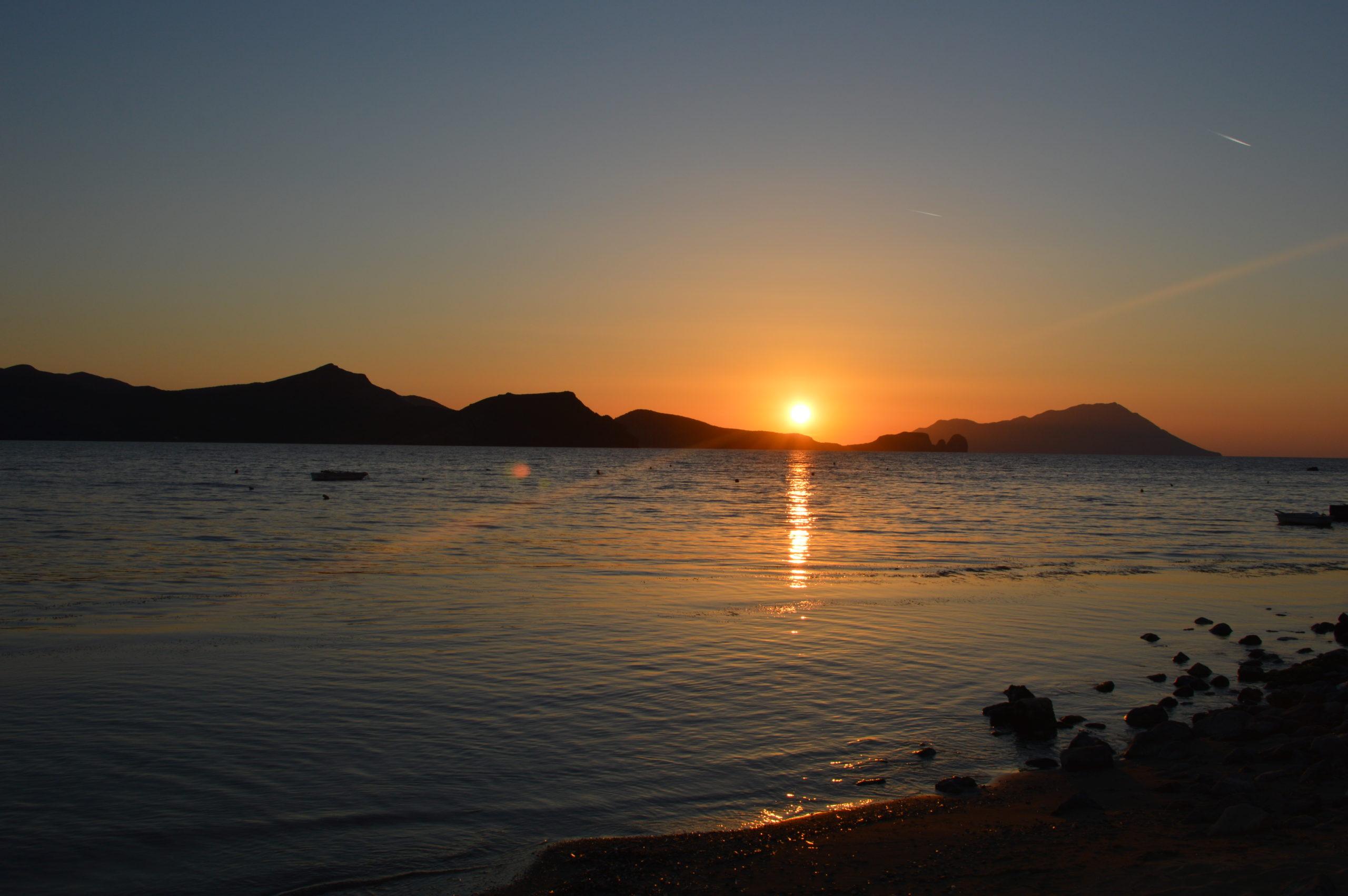 coucher de soleil sur l'île de Milos îles Cyclades Grèce